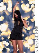 Купить «красивая брюнетка танцует на дискотеке», фото № 5316808, снято 6 апреля 2013 г. (c) Андрей Попов / Фотобанк Лори