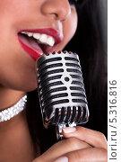 Купить «красивая девушка поет в микрофон, крупны план», фото № 5316816, снято 6 апреля 2013 г. (c) Андрей Попов / Фотобанк Лори