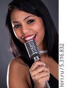 Купить «портрет молодой певицы с микрофоном», фото № 5316832, снято 6 апреля 2013 г. (c) Андрей Попов / Фотобанк Лори