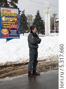 Купить «Сотрудники полиции на ВВЦ (ВДНХ) следит за порядком», эксклюзивное фото № 5317660, снято 17 марта 2013 г. (c) Елена Коромыслова / Фотобанк Лори