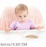 Купить «Маленький ребенок не хочет есть кашу», фото № 5321724, снято 4 ноября 2013 г. (c) Галина Михалишина / Фотобанк Лори