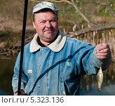 Купить «Мужчина рыбак с удочкой и пойманным карасём», эксклюзивное фото № 5323136, снято 6 мая 2013 г. (c) Игорь Низов / Фотобанк Лори