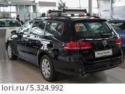Купить «Volkswagen  Passat  Variant в Автосалоне Фольксваген Центр Германика в Химках», эксклюзивное фото № 5324992, снято 30 ноября 2013 г. (c) Володина Ольга / Фотобанк Лори