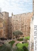 Купить «Внутренний двор у внешней стены древнего города Иерусалим. Израиль», фото № 5325232, снято 12 ноября 2013 г. (c) Александр Овчинников / Фотобанк Лори