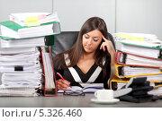 Купить «Стресс на работе. Девушка в задумчивости делает записи», фото № 5326460, снято 30 ноября 2013 г. (c) Баевский Дмитрий / Фотобанк Лори