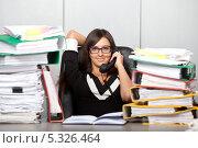 Купить «Перерыв на работе на телефонный разговор», фото № 5326464, снято 30 ноября 2013 г. (c) Баевский Дмитрий / Фотобанк Лори