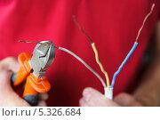 Купить «Отрезание проводов», фото № 5326684, снято 16 августа 2013 г. (c) Владимир Ворона / Фотобанк Лори