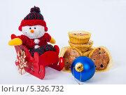 Купить «Рождественские украшения и пирожное с черникой», фото № 5326732, снято 28 ноября 2013 г. (c) Tamara Sushko / Фотобанк Лори