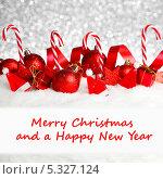 Купить «Рождественская открытка с красными украшениями на серебристом фоне», фото № 5327124, снято 1 ноября 2013 г. (c) Иван Михайлов / Фотобанк Лори