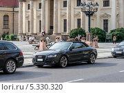 Audi A5  на фоне Французского собора на площади Жандарменмаркт в Берлине (2012 год). Редакционное фото, фотограф Филипп Яндашевский / Фотобанк Лори