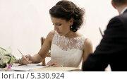 Невеста подписывает документ о регистрации брака. Стоковое видео, видеограф Данил Руденко / Фотобанк Лори