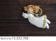 Рождественская игрушка в виде ангела на деревянной стене. Стоковое фото, фотограф Ульяна Хорунжа / Фотобанк Лори