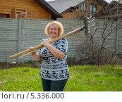 Женщина средних лет с садовыми инструментами в руках. Стоковое фото, фотограф Ольга Корбут / Фотобанк Лори