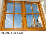 Купить «Современное деревянное окно с видом на зимний солнечный день», фото № 5338528, снято 7 декабря 2010 г. (c) Татьяна Кахилл / Фотобанк Лори