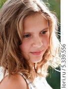 Купить «Портрет задумчивой юной девушки на улице», эксклюзивное фото № 5339556, снято 9 августа 2013 г. (c) Игорь Низов / Фотобанк Лори