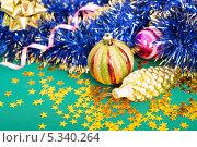 Новогодние украшения на зеленом фоне. Стоковое фото, фотограф Pavel Kozlovsky / Фотобанк Лори