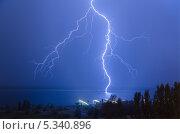 Купить «Молния на реке Волге», фото № 5340896, снято 7 июля 2012 г. (c) Павел Сытилин / Фотобанк Лори