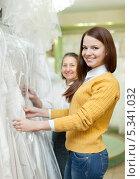 Купить «Девушка с мамой выбирают свадебное платье», фото № 5341032, снято 19 декабря 2012 г. (c) Яков Филимонов / Фотобанк Лори