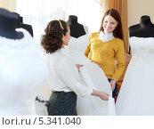 Купить «Красивая невеста выбирает свадебное платье в салоне», фото № 5341040, снято 19 декабря 2012 г. (c) Яков Филимонов / Фотобанк Лори