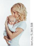 Заботливая мама обнимает новорожденного ребенка. Стоковое фото, фотограф Сергей Богданов / Фотобанк Лори