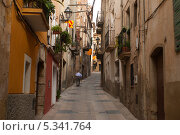 Купить «Старик с костылем идет по улице. Испания», фото № 5341764, снято 28 сентября 2013 г. (c) Андрей Горбачев / Фотобанк Лори