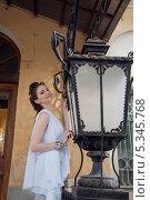 Купить «Девушка в белом. Фонарь», фото № 5345768, снято 18 июля 2013 г. (c) Александра Орехова / Фотобанк Лори