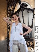 Купить «Девушка в белом у старинного уличного фонаря», фото № 5345772, снято 18 июля 2013 г. (c) Александра Орехова / Фотобанк Лори