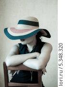 Купить «Девушка в черном платье и в шляпе на стуле», фото № 5348320, снято 5 августа 2013 г. (c) Светлана Голубкова / Фотобанк Лори