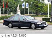 Купить «Автомобиль Mercedes-Benz W140 S-class», фото № 5349060, снято 10 сентября 2013 г. (c) Art Konovalov / Фотобанк Лори