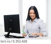 Купить «деловая девушка с калькулятором перед компьютером», фото № 5352428, снято 6 ноября 2013 г. (c) Syda Productions / Фотобанк Лори