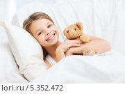 Купить «девочка обнимает плюшевого мишку перед сном в своей постели», фото № 5352472, снято 9 октября 2013 г. (c) Syda Productions / Фотобанк Лори