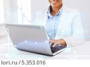 Купить «деловая женщина работает за ноутбуком», фото № 5353016, снято 1 августа 2013 г. (c) Syda Productions / Фотобанк Лори