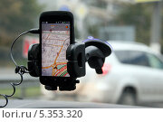Купить «Смартфон с навигационной программой (Яндекс. Пробки) в салоне автомобиля», эксклюзивное фото № 5353320, снято 5 октября 2013 г. (c) Щеголева Ольга / Фотобанк Лори