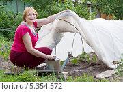 Купить «Женщина работает в огороде», фото № 5354572, снято 6 июня 2012 г. (c) Яков Филимонов / Фотобанк Лори
