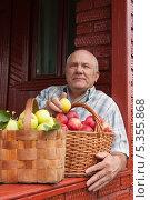 Купить «Мужчина с корзинами яблок на даче», фото № 5355868, снято 15 сентября 2012 г. (c) Дарья Филимонова / Фотобанк Лори