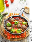 Купить «Фрикадельки, тушенные с овощами в сковороде, стоящей на деревянной подставке», фото № 5357728, снято 10 декабря 2013 г. (c) Надежда Мишкова / Фотобанк Лори