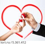 Купить «руки мужчины и женщины с обручальным кольцом в футляре на фоне граифического сердца», фото № 5361412, снято 3 апреля 2013 г. (c) Syda Productions / Фотобанк Лори