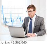 Купить «бизнесмен в очках работает за ноутбуком на фоне диаграммы валютного рынка», фото № 5362040, снято 3 октября 2013 г. (c) Syda Productions / Фотобанк Лори
