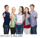 """Купить «довольные студенты демонстрируют листок с результатами теста и показывают жест """" все отлично""""», фото № 5362280, снято 2 ноября 2013 г. (c) Syda Productions / Фотобанк Лори"""