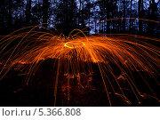 Купить «Картины из огня с красными искрами в ночном лесу», фото № 5366808, снято 24 ноября 2013 г. (c) Morgenstjerne / Фотобанк Лори