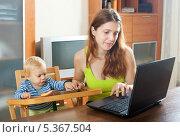 Купить «Молодая женщина с маленьким ребенком работает за ноутбуком», фото № 5367504, снято 17 июня 2019 г. (c) Яков Филимонов / Фотобанк Лори