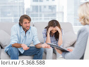 Купить «Young couple sit on the couch of the therapist», фото № 5368588, снято 20 марта 2013 г. (c) Wavebreak Media / Фотобанк Лори