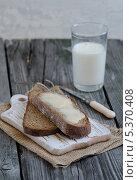 Ломтики хлеба и стакан молока. Стоковое фото, фотограф Ульяна Хорунжа / Фотобанк Лори