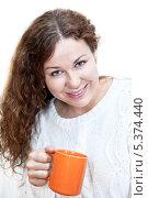 Молодая красивая женщина в белом свитере с чашкой в руке, изолировано на белом фоне. Стоковое фото, фотограф Кекяляйнен Андрей / Фотобанк Лори