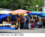 Ярмарка выходного дня на Измайловской площади, район Измайлово, Москва, эксклюзивное фото № 5381040, снято 7 августа 2011 г. (c) lana1501 / Фотобанк Лори