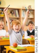 Купить «Рыжеволосый школьник радуется перемене», фото № 5381340, снято 14 августа 2013 г. (c) Andrejs Pidjass / Фотобанк Лори