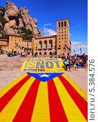 "Купить «Лозунг ""Каталония - не Испания"" перед аббатством Санта-Мария-де-Монтсеррат, Испания», фото № 5384576, снято 21 апреля 2013 г. (c) Karol Kozlowski / Фотобанк Лори"