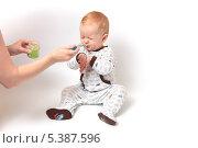 Маленький светловолосый мальчик отказывается от еды, зажмурившись. Стоковое фото, фотограф Александр Орлов / Фотобанк Лори