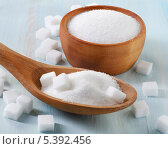 Купить «Сахар-песок и сахар-рафинад в деревянной сахарнице и в деревянной ложке, на голубом фоне», фото № 5392456, снято 13 декабря 2013 г. (c) Tatjana Baibakova / Фотобанк Лори