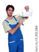 Купить «Маляр показывает на ведерко с краской», фото № 5393084, снято 15 декабря 2010 г. (c) Phovoir Images / Фотобанк Лори